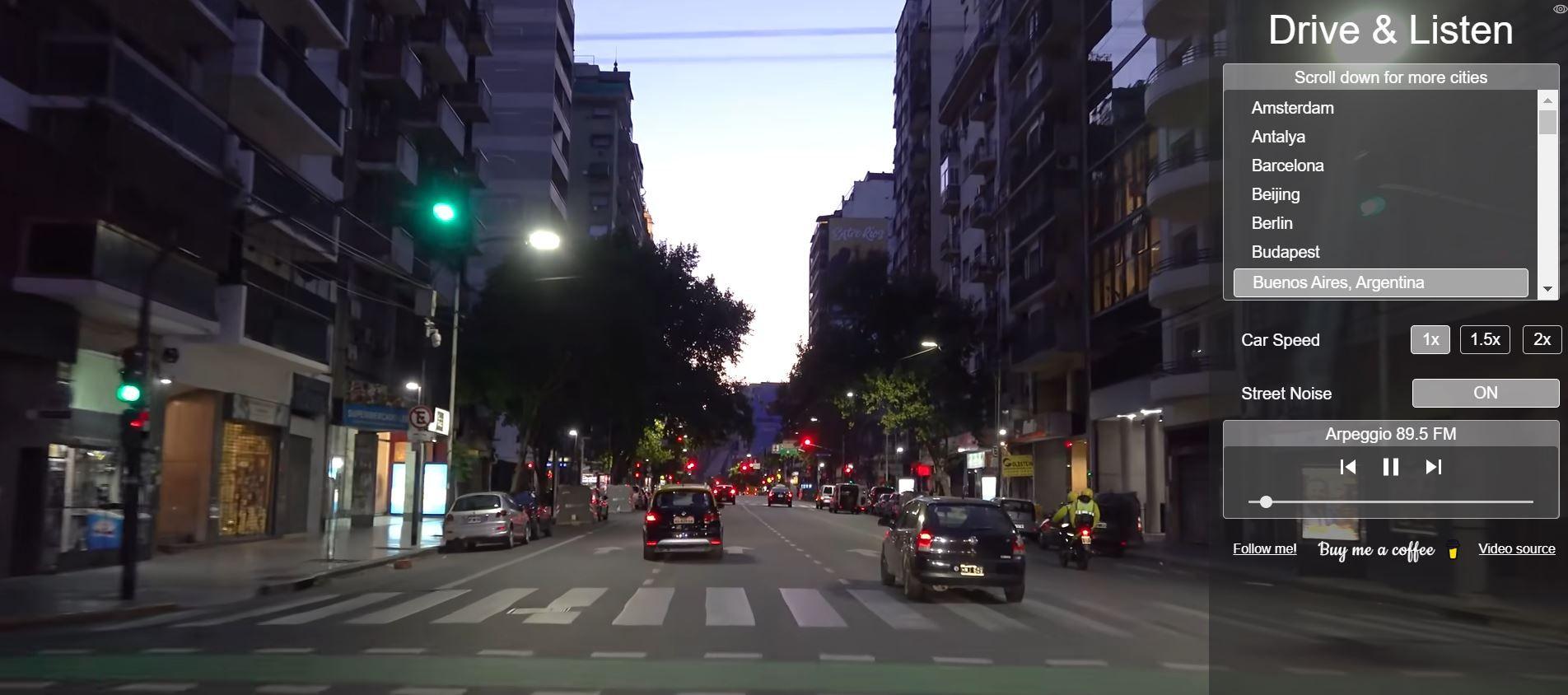 Στιγμιότυπο από την εφαρμογή Drive and Listen που δείχνει μια πόλη το βράδυ