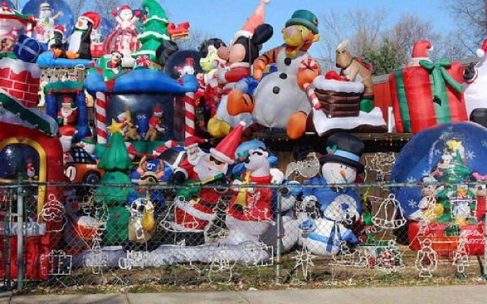 Χριστουγεννιάτικα φουσκωτά διακοσμητικά σε περίφραξη