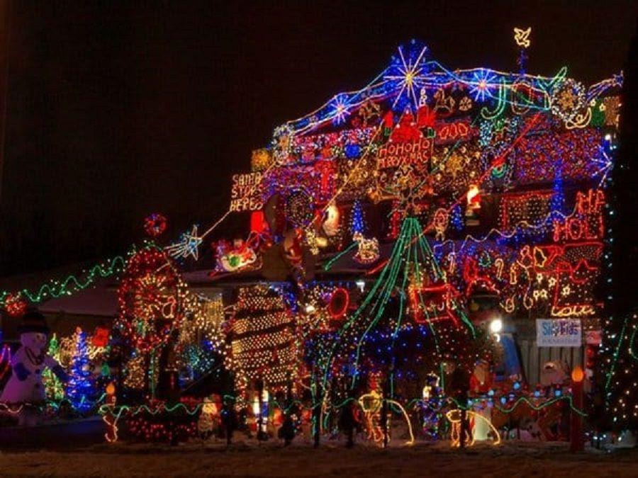 Σπίτι στολισμένο με πολύχρωμα χριστουγεννιάτικα λαμπάκια