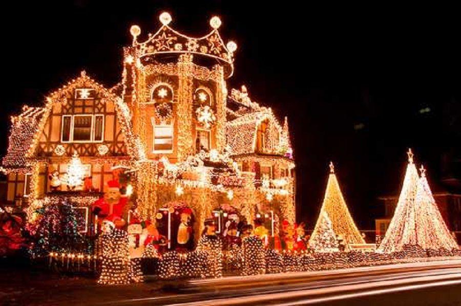 Σπίτι με πάρα πολλά χριστουγεννιάτικα λαμπάκια στο εξωτερικό του