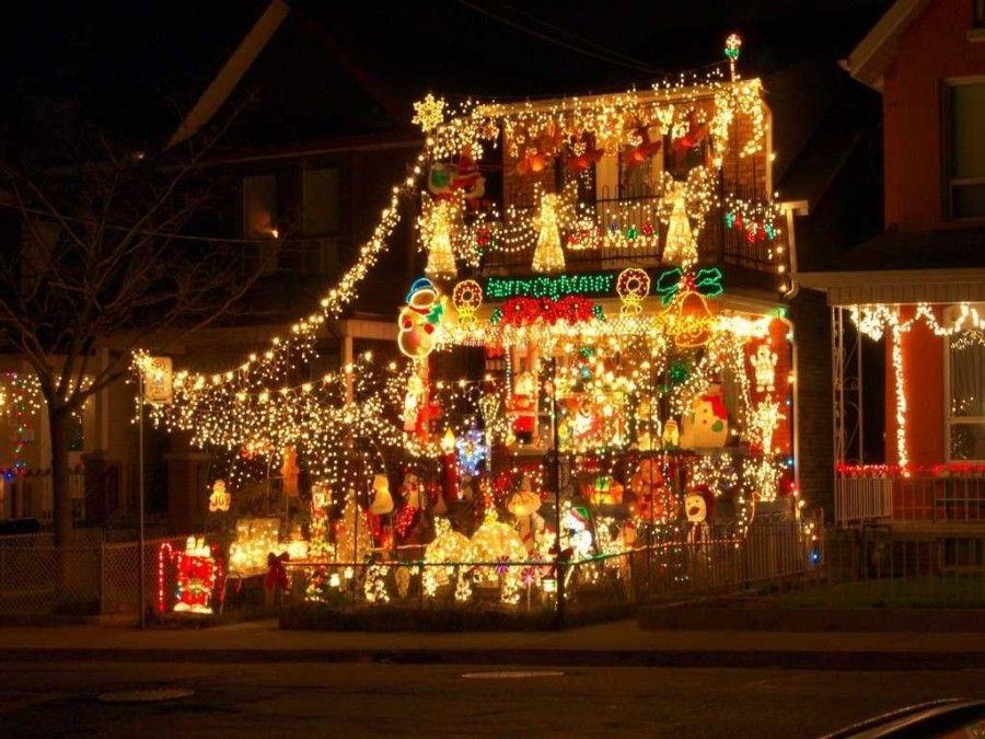Μικρό σπίτι στολισμένο με πάρα πολλά χριστουγεννιάτικα λαμπιόνια