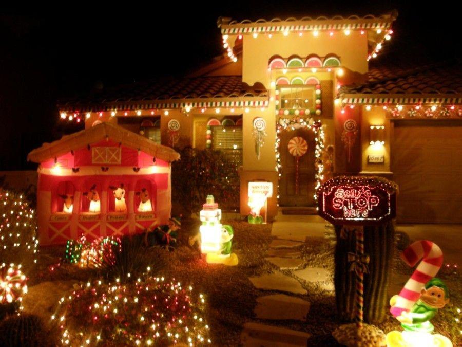 Μεγάλο σπίτι στολισμένο με χριστουγεννιάτικα φώτα, φιγούρες και ζαχαρωτά