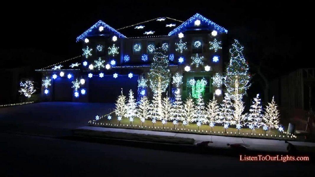 Άσπρα και μπλε διακοσμούν το εξωτερικό ενός σπιτιού