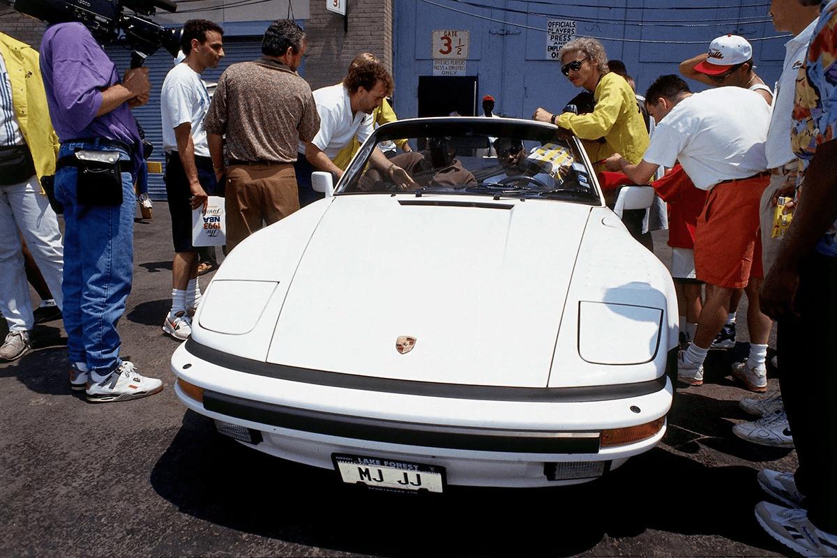 Λευκή Porsche 911 Turbo Cabriolet Slant Nose περιτριγυρισμένη από ανθρώπους