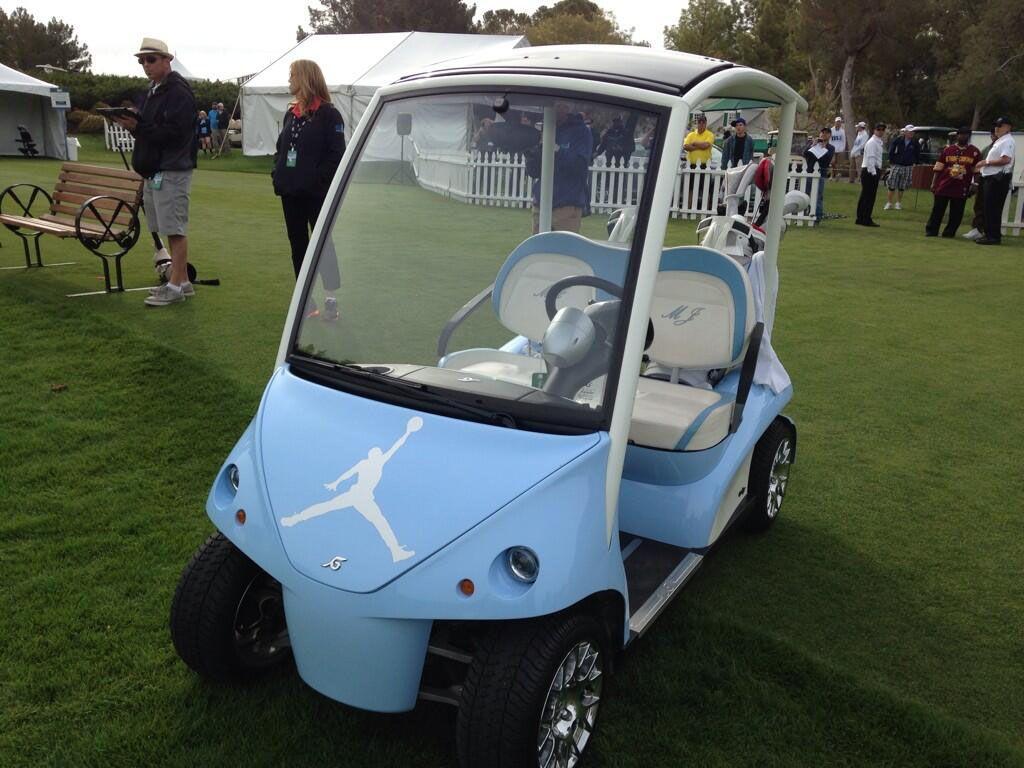 Γλάζια αυτοκίνητο γκολφ σταθμευμένο σε γρασίδι