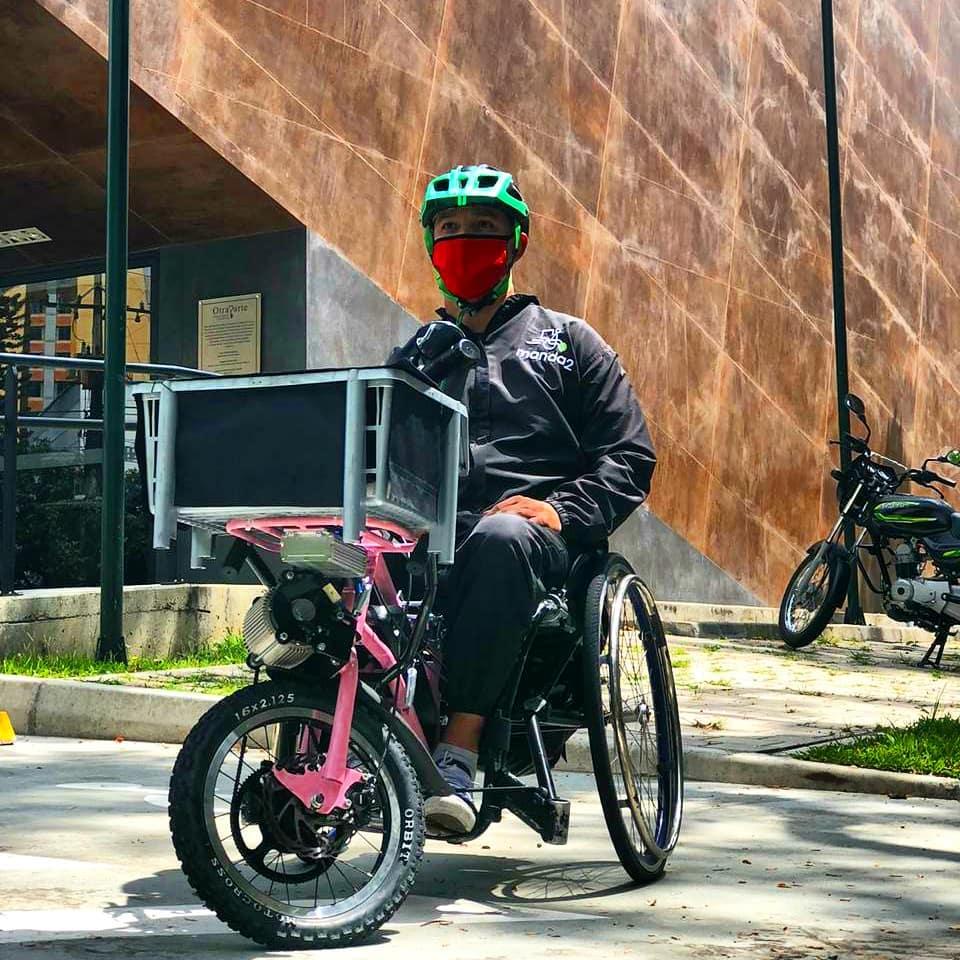 ΑΝθρωπος με κράνος σε ηλεκτρικό αναπηρικό αμαξίδιο