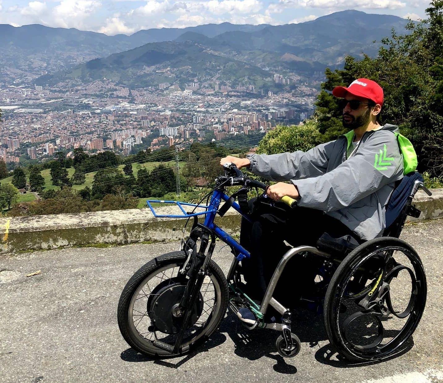 Άνθρωπος σε ηλεκτρικό αναπηρικό αμαξίδιο