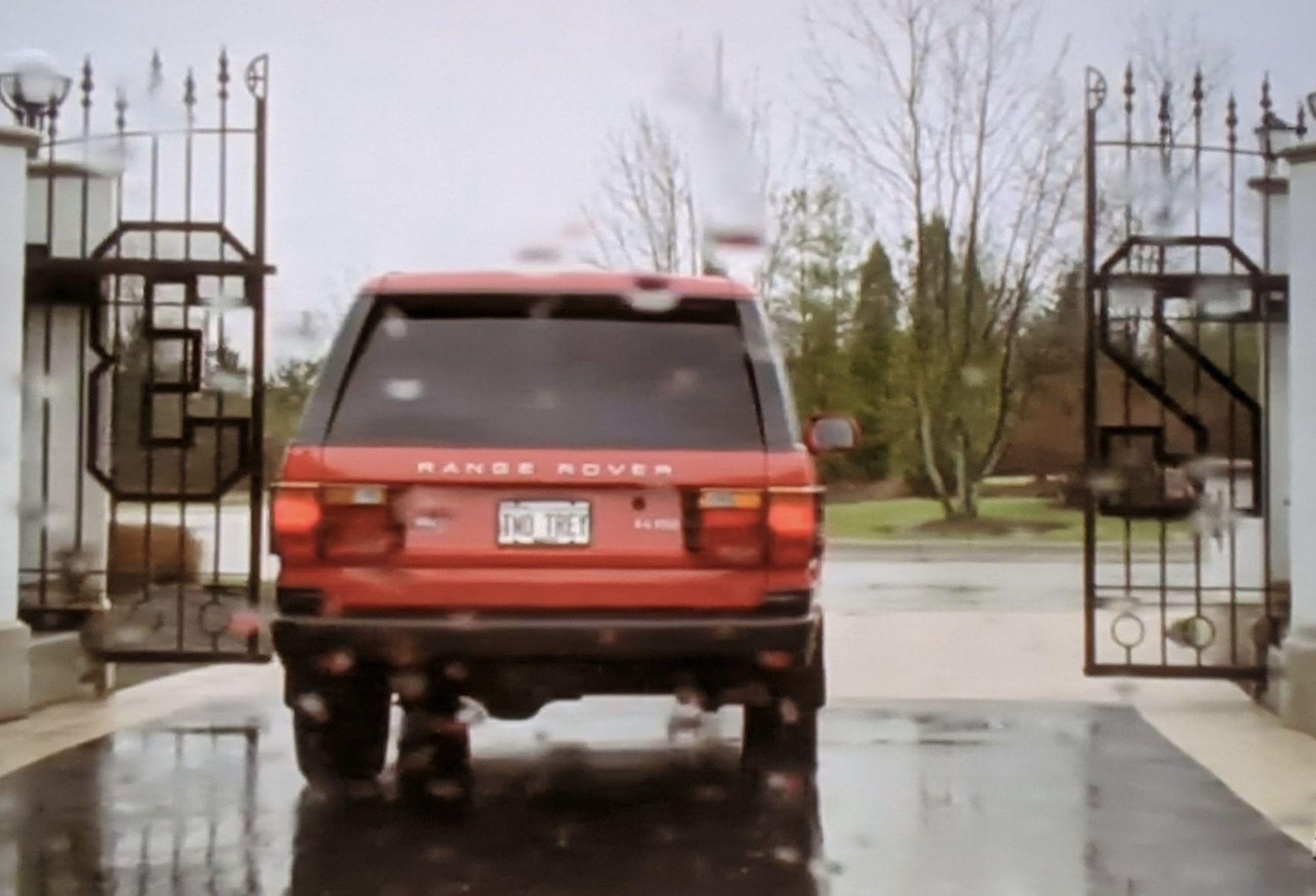 Πίσω μέρος από ένα κόκκινο Land Rover Range Rover HSE 4.6