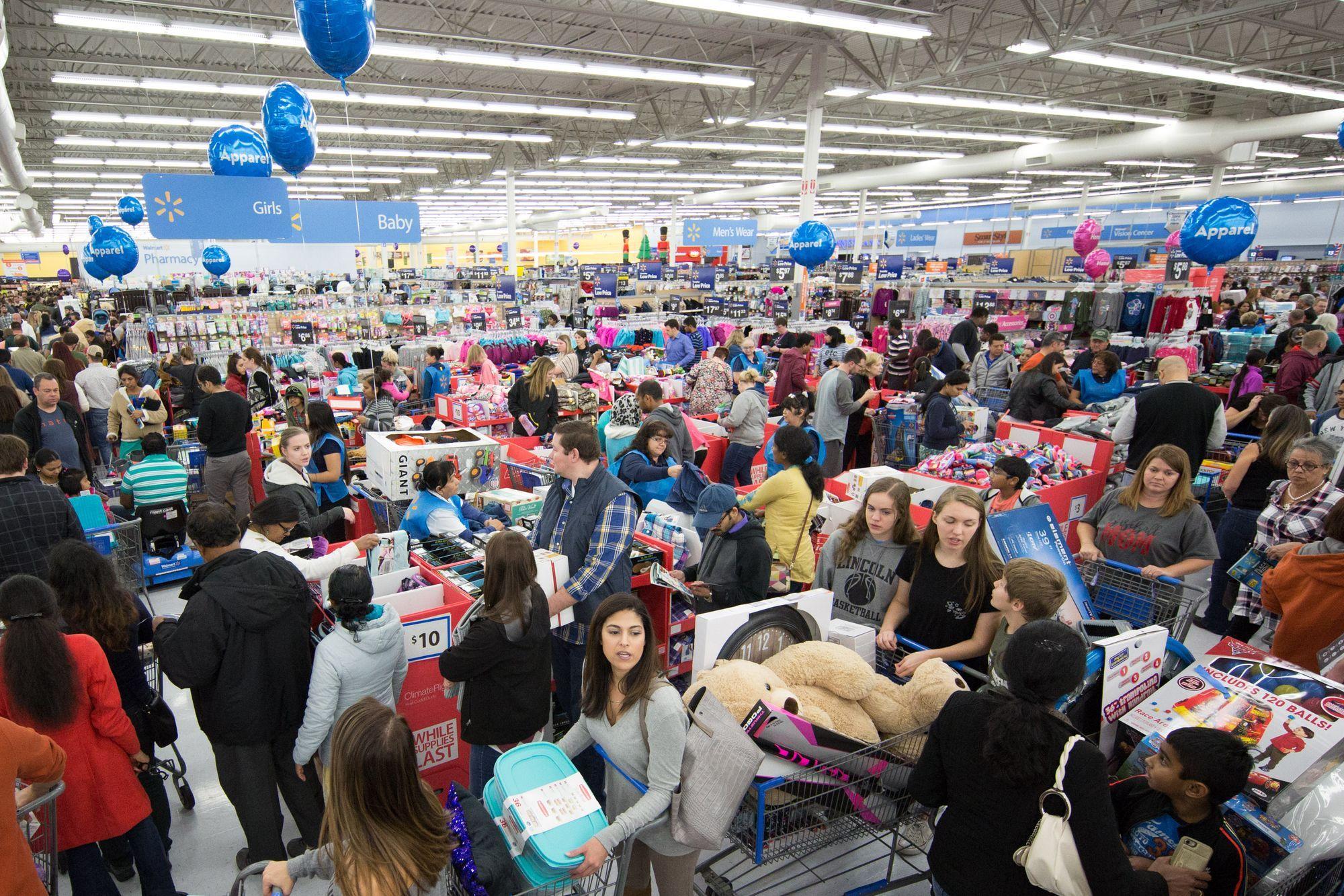 Φωτογραφία του καταστήματος Walmart γεμάτο ανθρώπους τη Black Friday