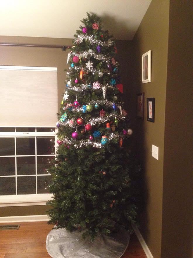 Χριστουγεννιάτικο δέντρο στολισμένο από τη μέση και πάνω