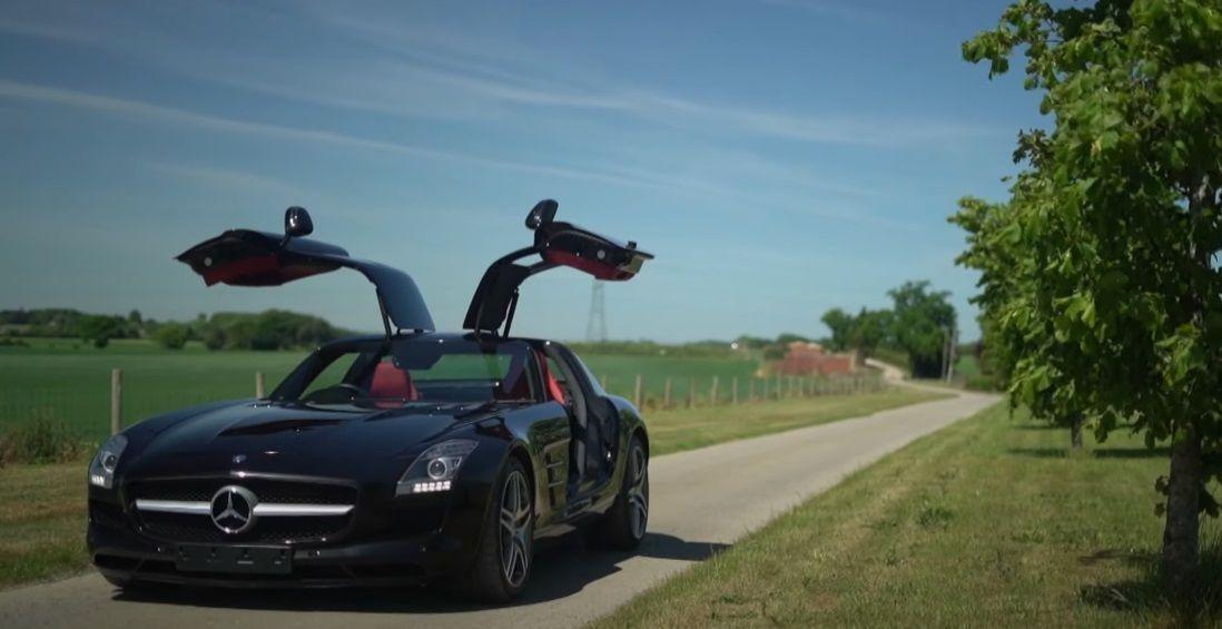 Μαύρη Mercedes-Benz SLS AMG με ανοιχτές πόρτες