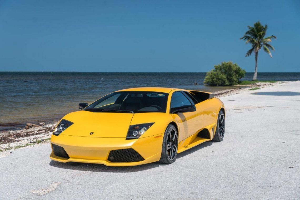 Κίτρινη Lamborghini Murcielago δίπλα στη θάλασσα
