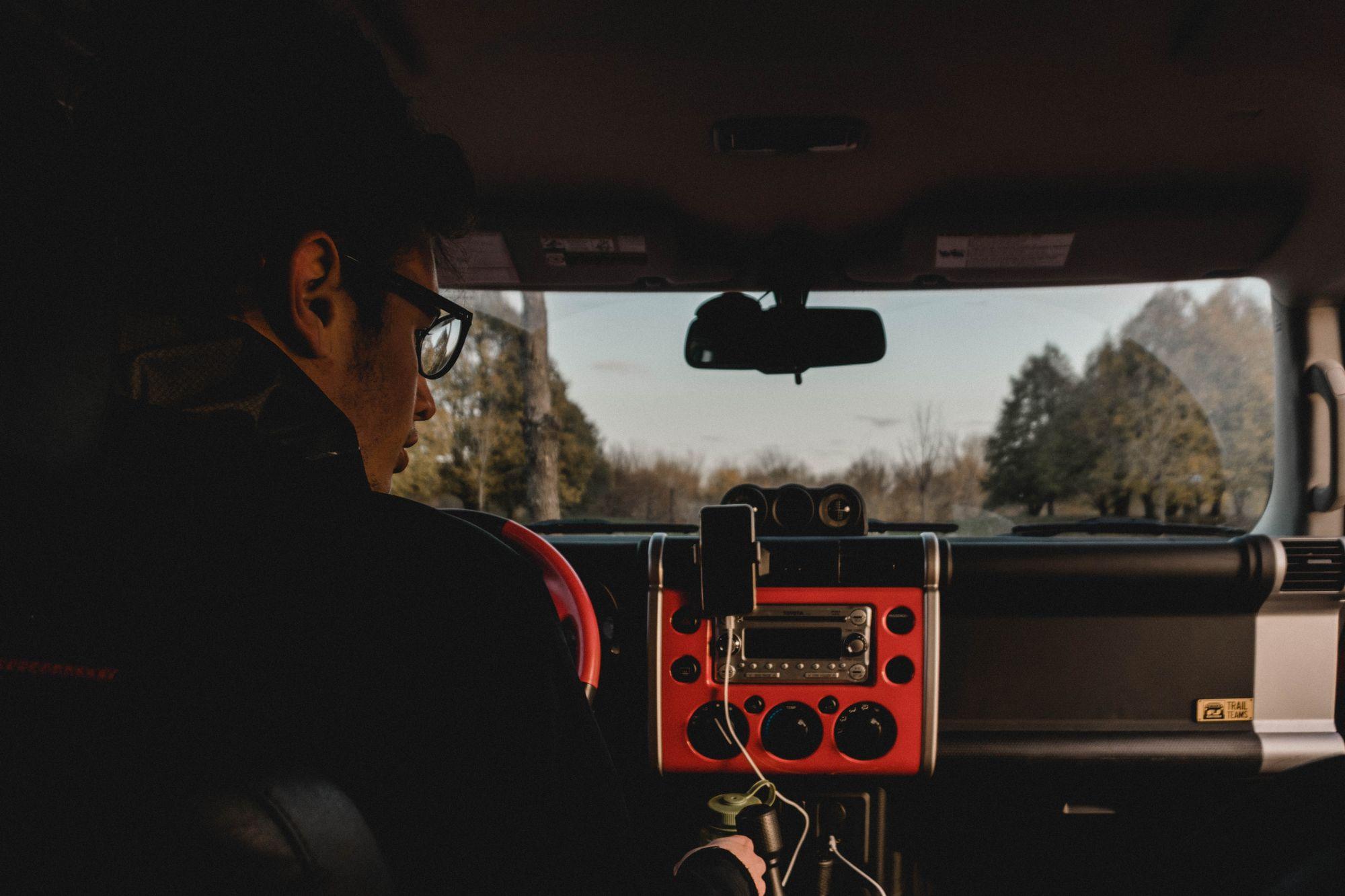 Άνδρας στο εσωτερικό αυτοκινήτου κάθεται στη θέση του οδηγού