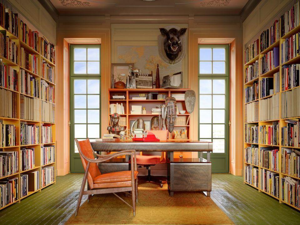 Ξύλινο γραφείο με μεγάλες βιβλιοθήκες δεξιά κι αριστερά